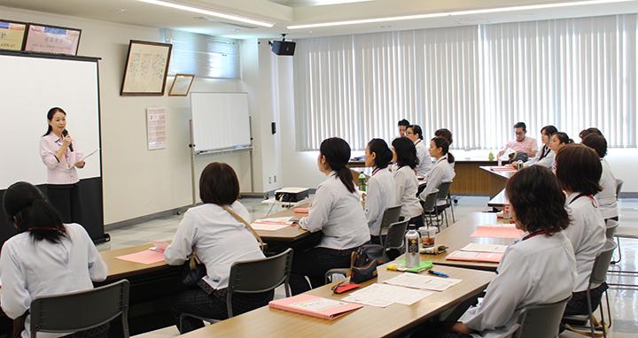 ヤクルトでは、地域の健康アドバイザーとなるため定期的に勉強会を開いております。